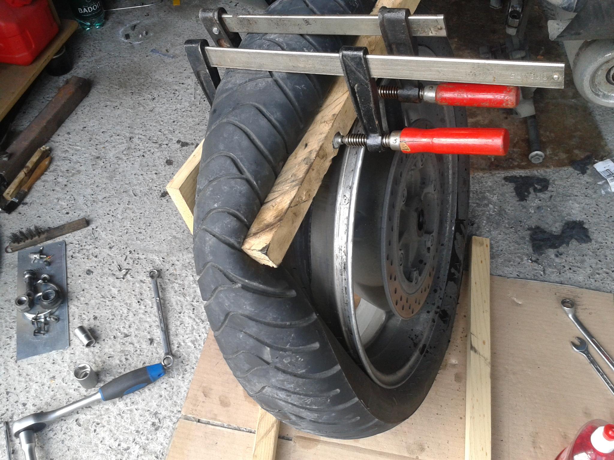 changer ses pneus sois m me moostik 125cc 39 s. Black Bedroom Furniture Sets. Home Design Ideas